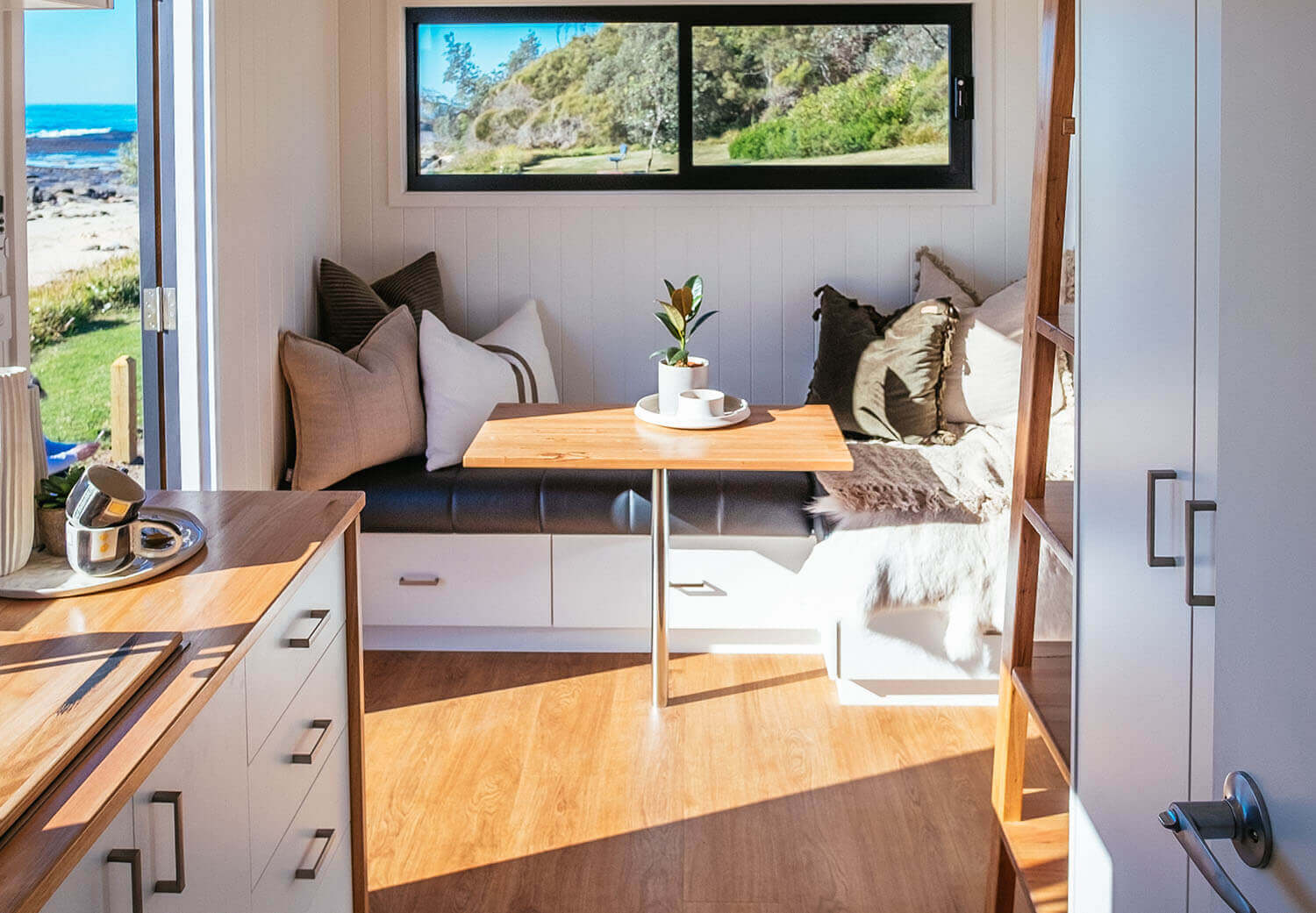 4800sl_0006_Tiny Home - Independent Series 4800 Kitchen Lounge