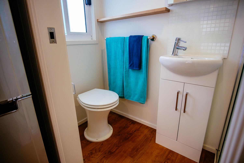 GS6000DL (white) Bathroom